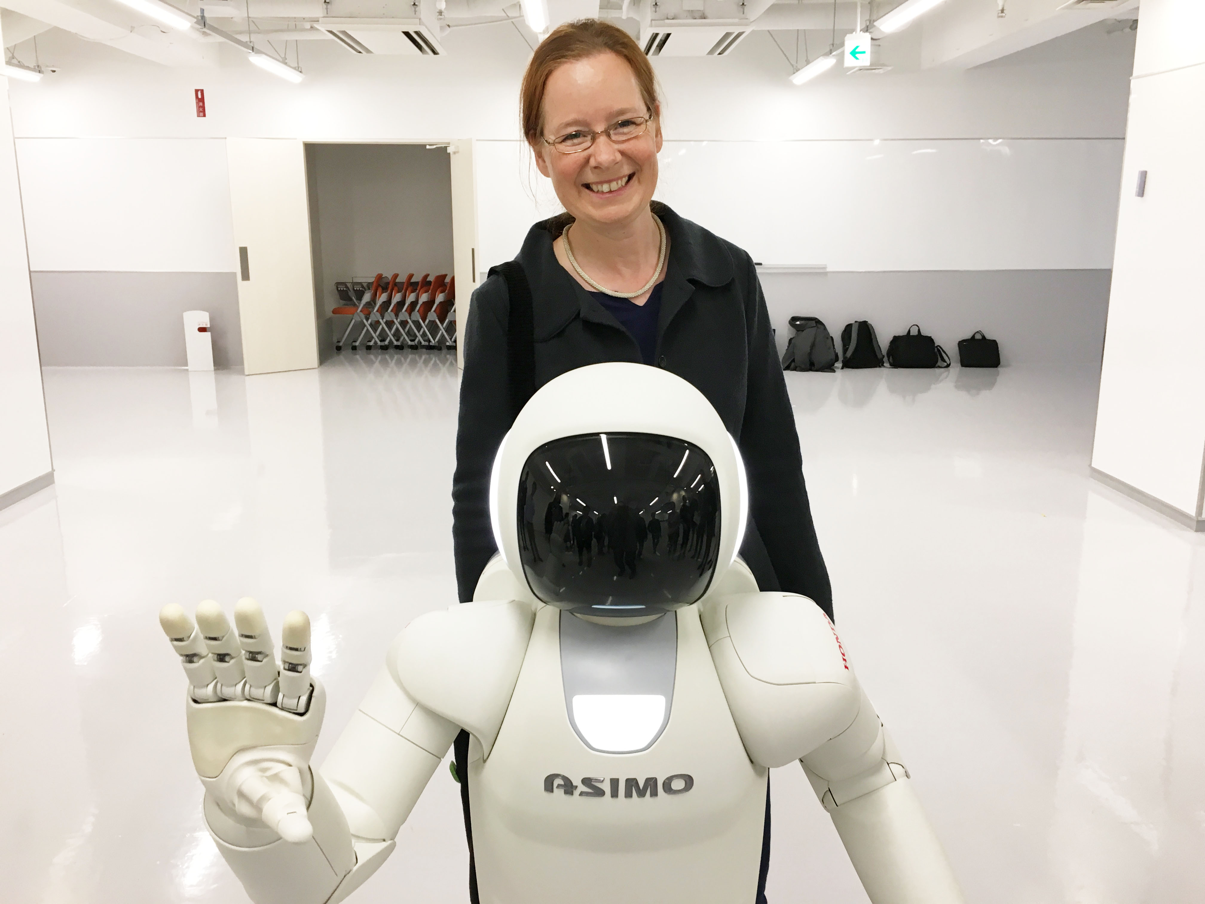 During a study trip to Tokyo: Kerstin Fischer and ASIMO, a humanoid robot by Honda.