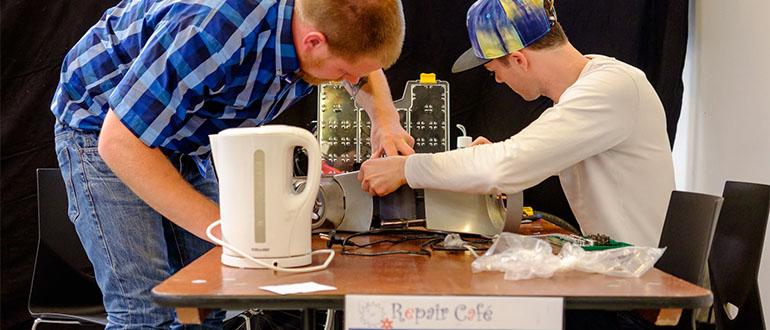 83b90264922 Repair Café Odense er et fællesskab, hvor vi hjælper hinanden med at  reparere ting, der er gået i stykker – og sparer penge. Og endnu vigtigere:  Vi er med ...