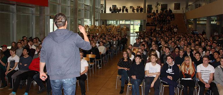 Foredragsholder foran en fyldt sal