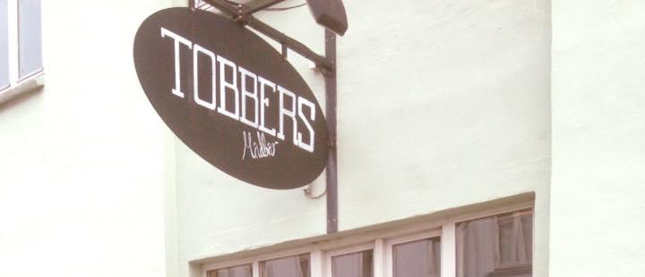 Skilt foran cafe Tobbers