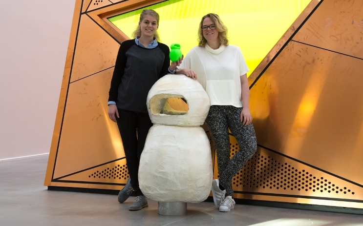 Marie Høg Nielsen og Signe Risager i selskab med Talking Bin