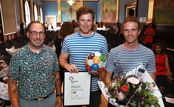 Peer Locher og vinderne af klimaprisen Kasper Dalgas Rasmussen og Anders Winter Mortensen, SDU.