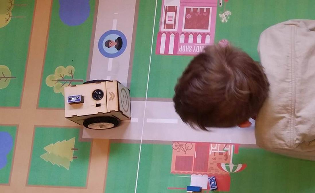 Dreng leger med robot