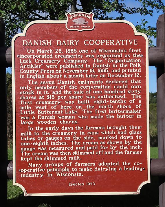 Billede af et skilt, som på engelsk beskriver oprettelsen af en af de første danske mejeriforeninger i USA.