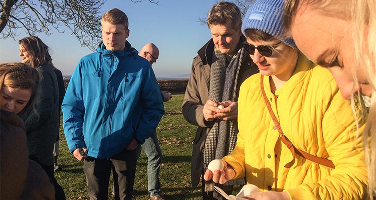 Hackaton ved lejrskolen Pinnebergheim. En større gruppe kreative hoveder hjælper med at analysere stedets potentialer.