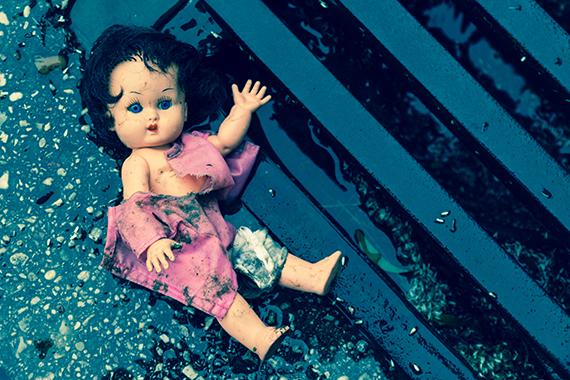 Ødelagt dukke efterladt udenfor i regnvejr