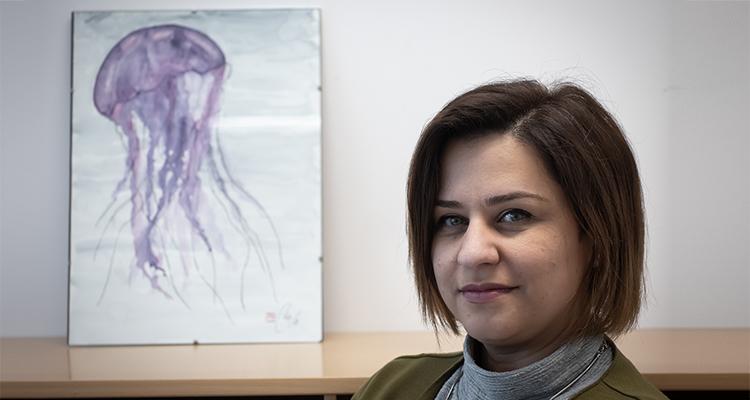 Jamileh Javidpour med et maleri af en vandmand