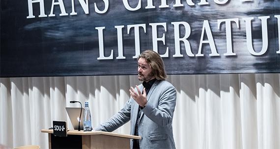 Billedet viser lektor Søren Frank under hans oplæg ved tildeling af H.C. Andersen Litteraturprisen 2018.