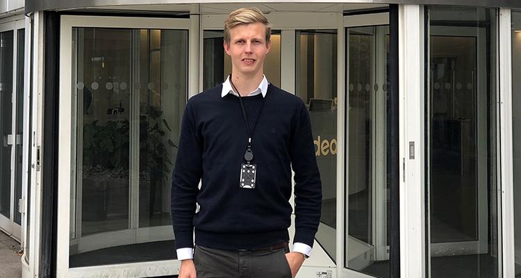 Billedet viser Jannik Sommerlund foran indgangspartiet til hans nye arbejdsplads.