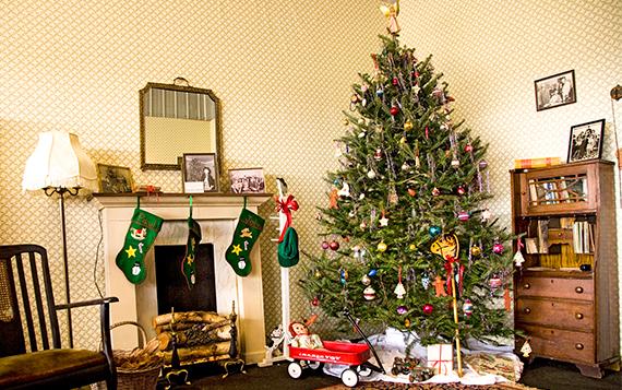 Billedet viser et pyntet juletræ i en stue.